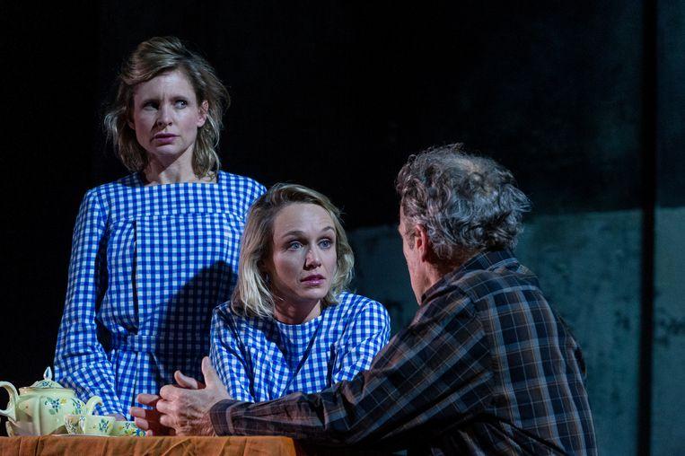 Kirsten Mulder (links), Sophie van Winden en Reinout Bussemaker in Kom hier dat ik u kus. Beeld Ben van Duin