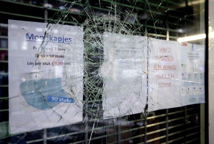2021-01-26 09:42:43 ROTTERDAM - Schade aan een winkel op de Beijerlandselaan, de dag na de rellen. Relschoppers richtten vernielingen aan, plunderden diverse winkels en bekogelden de politie met onder andere stenen en vuurwerk. ANP KOEN VAN WEEL