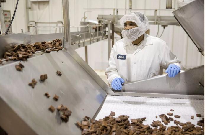 Een werknemer van het Amerikaanse bakkerijbedrijf Greyston