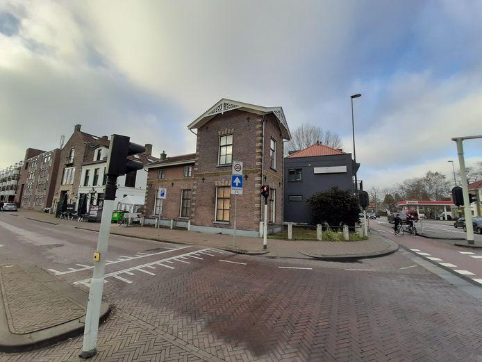 De voormalige woning van de havenmeester/ brugwachter aan de Deventerstraat. Het monumentale pand krijgt geluidsisolatie.