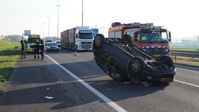 Op de A73 ter hoogte van Beuningen is een auto over de kop geslagen na een ongeval met een vrachtwagen.