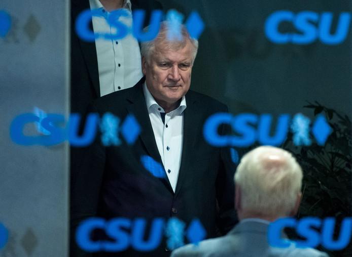 Minister van Binnenlandse Zaken Horst Seehofer (links) tijdens een pauze van het crisisberaad met de CSU-partijtop in München.