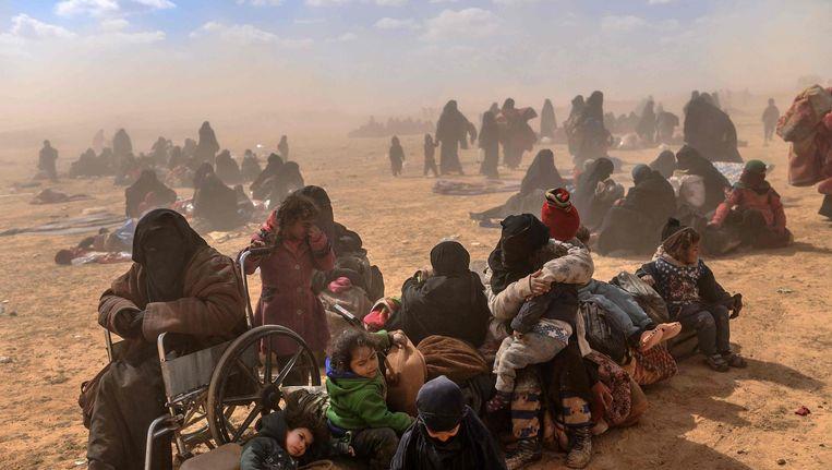 Vrouwen en kinderen ontvluchten het laatste IS-bolwerk, in het oosten van Syrië Beeld AFP