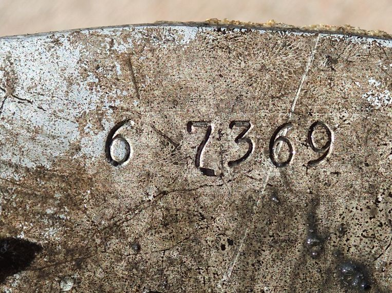 Op het plaatwerk waren nog onderdeelnummers te zien, wat de identificatie van het wrak makkelijker maakt voor de onderzoekers.