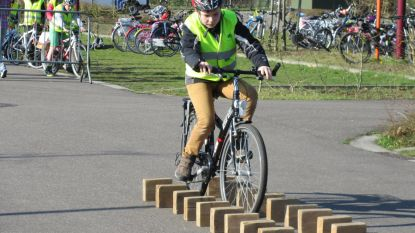 Leerlingen trotseren hindernissen op de fiets