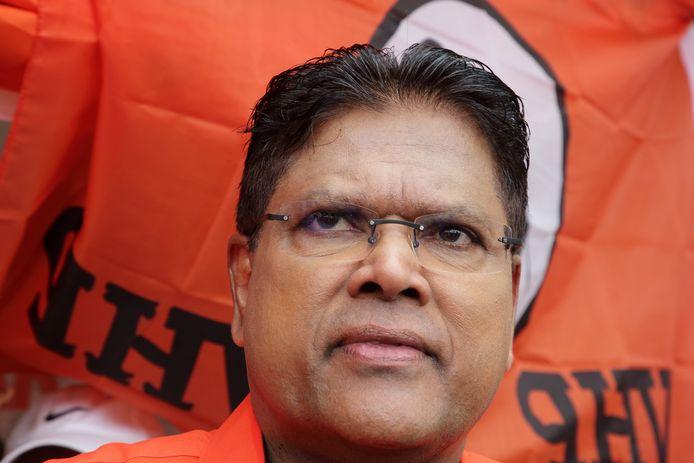 Voorzitter Chan Santokhi van de Vooruitstrevende Hervormings Partij (VHP) staat de pers te woord bij een stemlokaal.