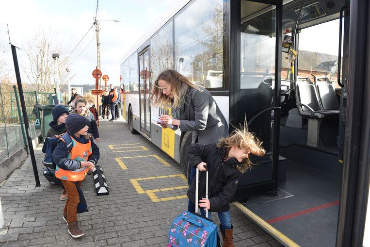 Een bus brengt de kinderen weg.