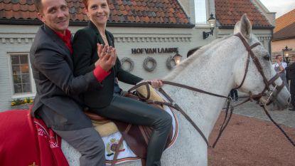 Zijn vriendin Tine wilde een prins op het witte paard. En dus kwam Jonathan letterlijk aandraven met een trouwring!