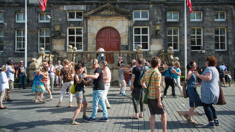 en dansje op het plein voor het stadhuis maakt deel uit van de audiowandeling Remote 's-Hertogenbosch van Rimini Protokoll. Beeld Jean Philipse