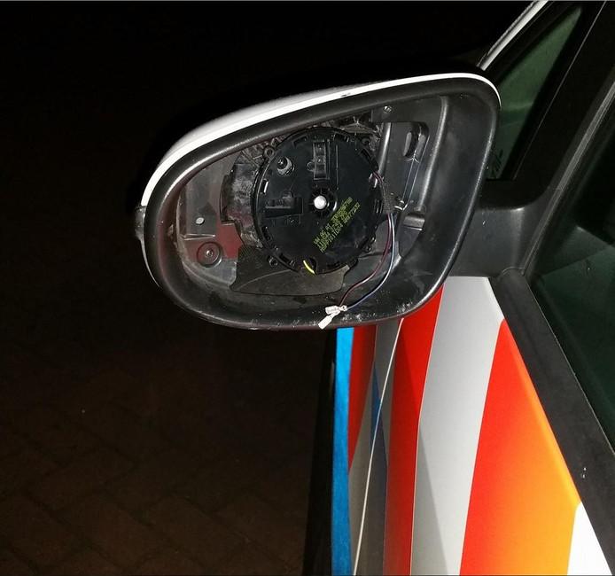 De linkerbuitenspiegel was ineens verdwenen van de politieauto.