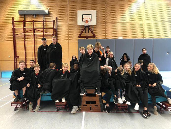 Enkele leerlingen met hun fleecedeken in het gymlokaal