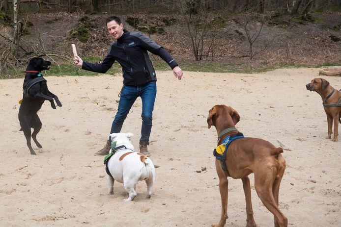 Erwin Versteeg is met minder honden op pad dan hij gewend is. Dat maakt het plezier er niet minder om.