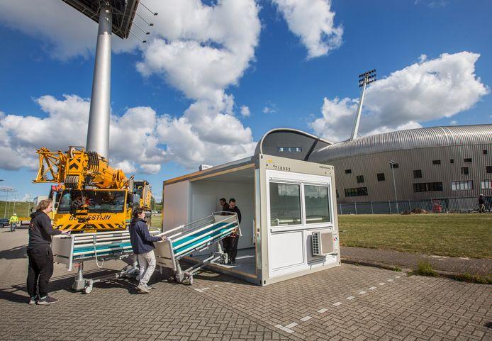 De units voor daklozen die besmet zijn met het corona virus zijn vorige week aangekomen bij het ADO stadion. Het 'dorp' gaat vrijdag open.