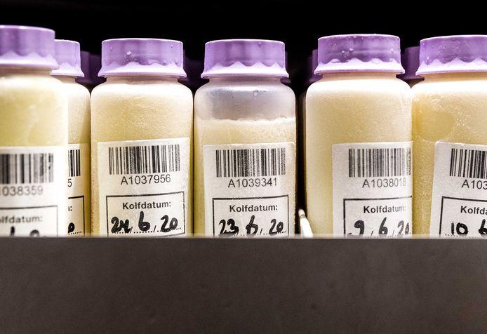 Flesjes met moedermelk in de moedermelkbank van het VUmc. De moedermelk van vrouwen die een Covid-19 infectie hebben doorgemaakt, bevat antistoffen tegen het coronavirus.