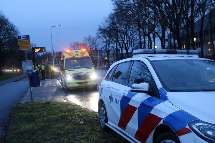 Hulpdiensten aan het werk na een ongeval met letsel op de Wethouder Alferinkweg in Zwolle.