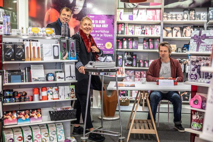 Mark Joost Meijer liet zich zaterdag inspireren door het assortiment van Christine Le Duc tijdens het schrijven op zijn typemachine. Vanuit Eureka werd festival Totaal Getikt georganiseerd.