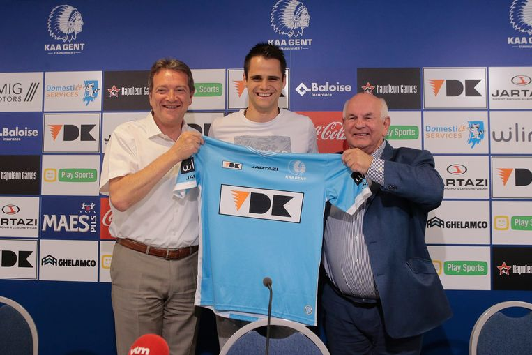 Michel Louwagie en Ivan De Witte poseren fier met hun miljoenenaankoop.