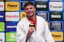 Noël van 't End showt zijn gouden medaille.