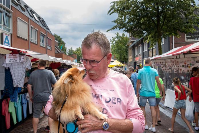 Wil Groenen met zijn hondje Diamond.