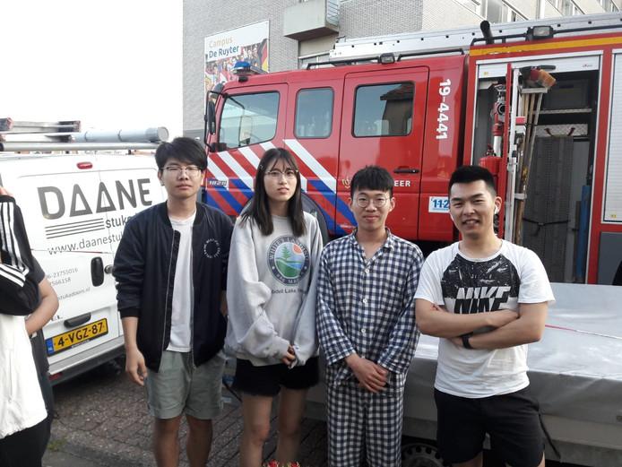 Internationale studenten Barry Lyu, Enqi Tang, Neil Chen en Anthony Dai op straat.
