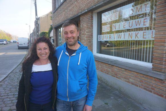 Vicky Margory en Michaël Van Poucke glunderen bij de voorstelling van de nieuwe buurtwinkel in Snaaskerke