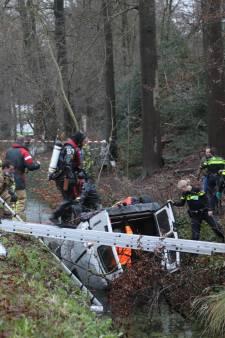 Twee doden bij ernstig ongeluk op N44 bij Wassenaar: Busje raakt van weg en belandt op kop in sloot