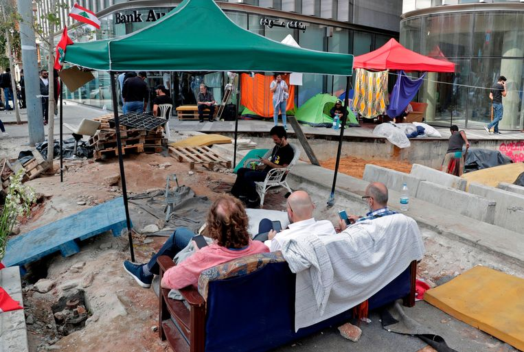 Demonstranten kamperen bij de ingang van een bank in Beiroet.  Beeld AFP