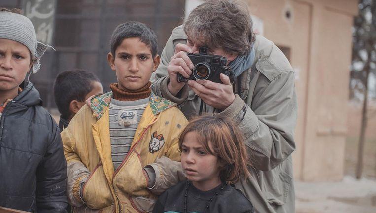 Brandpunt ging in 2016 met oorlogsfotograaf Eddy van Wessel mee naar Syrië Beeld Kro-ncrv/Brandpunt
