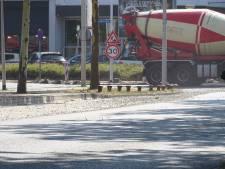 Betonwagen verliest lading steentjes in Amersfoort