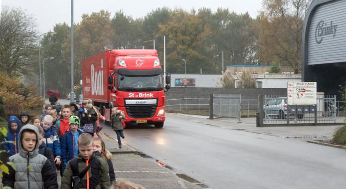 Op industrieterrein Kerkdennen is het soms dringen tussen vrachtverkeer en langzaam verkeer. Daarom gaat de snelheid omlaag.