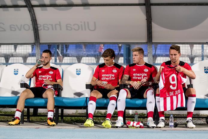 Luuk de Jong (rechts) is inmiddels geen basisspeler meer bij PSV.