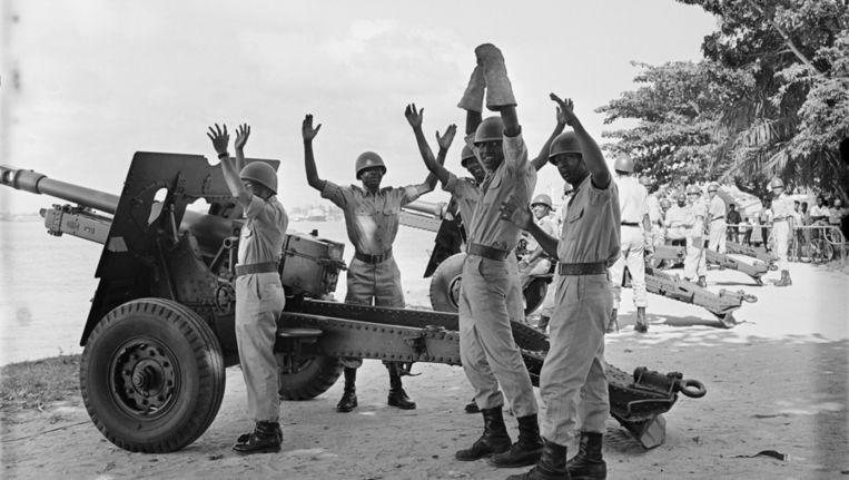 Nederlandse soldaten aan de Surinamerivier lossen saluutschoten als nadat bekend is gemaakt dat Willem-Alexander is geboren. Beeld anp