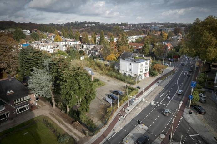 Uitzicht vanaf de Hulkensteinflat op het nu nog braakliggende terrein aan de Utrechtseweg, waar de supermarkt zou moeten verrijzen.