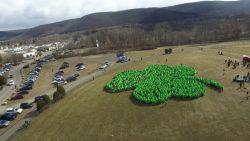 1.200 mensen vormen grootste klavertje ooit voor Saint Patrick's Day