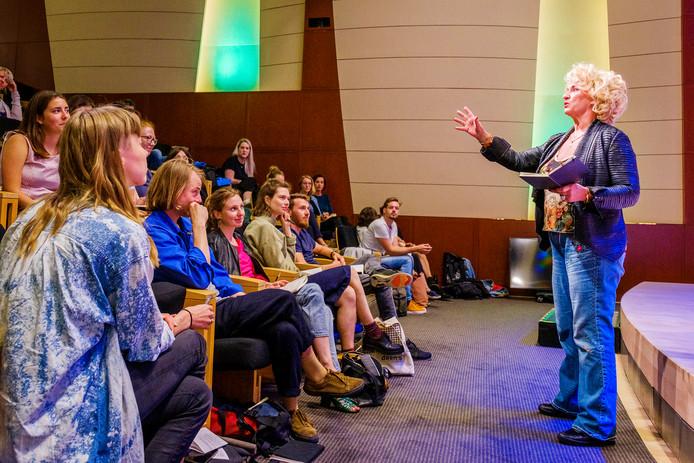 """Karin Bloemen geeft de masterclass presenteren aan de designers. ,,Wat ze ons leert is top."""""""