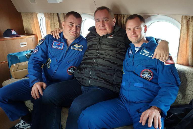 Alexey Ovchinin en Nick Hague met tussenin Dmitry Rogozin, de directeur van Roskosmos.