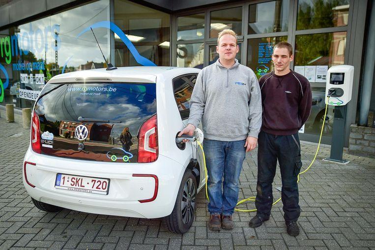 Zaakvoerder Giovanni Regelbrugge & Cédric Duret bij hun garage.