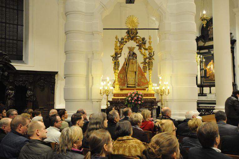 De kaarsen aan het heiligdom zijn vervangen door elektrische exemplaren.