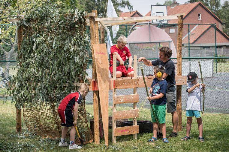 De eerste sessie 'Wild Spelen'. De jongens bouwen hun eigen kamp.