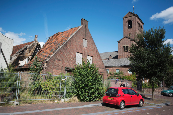 Het ingezakte dak van de al jaren verpauperde woning op de hoek Grotestraat-Jacobus van der Meijdenstraat in Drunen.