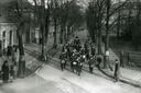 Muziekvereniging Hartog in de Spoorlaan, op weg naar het gemeentehuis om de ingebruikname van de waterleiding (1935) luister bij te zetten.