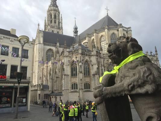 Leeuwen van stadhuis Breda met gele sjaaltjes