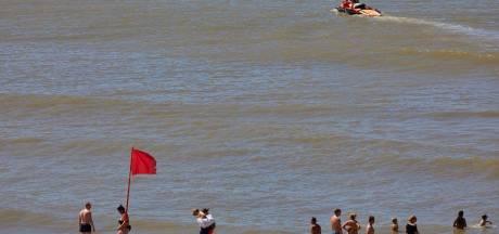 Rode vlag op stranden westkust: verraderlijke zee zorgt voor tientallen zwemmers in moeilijkheden