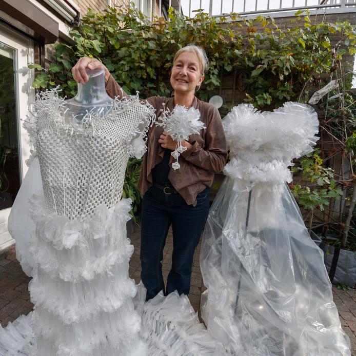 Monique Wauters uit Etten-Leur heeft sinds een paar jaar geleden bruidsjurken van boterhamzakjes en bindertjes gemaakt. Die exposeert ze nu ook weer vanaf 13 oktober in Klundert.