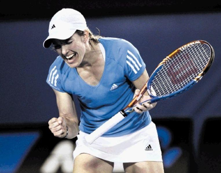 Justine Henin balt de vuist na een winnend punt tegen olympisch kampioene Elena Dementjeva uit Rusland. De Waalse plaatste zich in twee sets (7-5 7-6) voor de derde ronde. (FOTO AP) Beeld AP