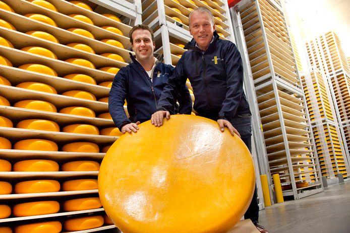 Jelmer Schenkel en John de Goey bij de 135 kilo zware kaas.