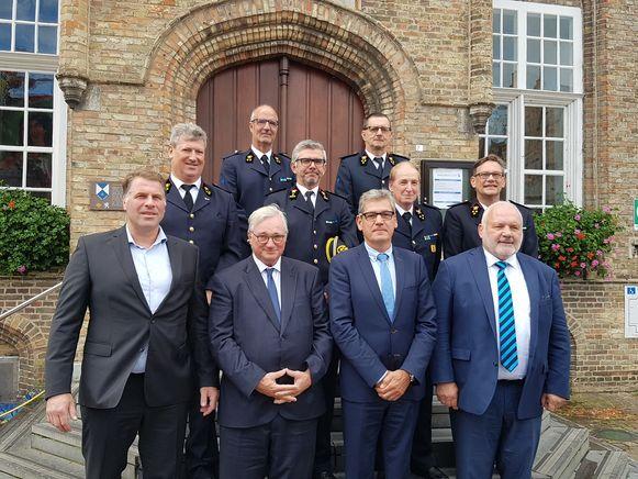 Burgemeesters Bram Degrieck van De Panne, Marc Vanden Bussche van Koksijde, Geert Vanden Broucke van Nieuwpoort en Jean-Marie Dedecker van Middelkerke met de postoversten van de brandweerkazernes.