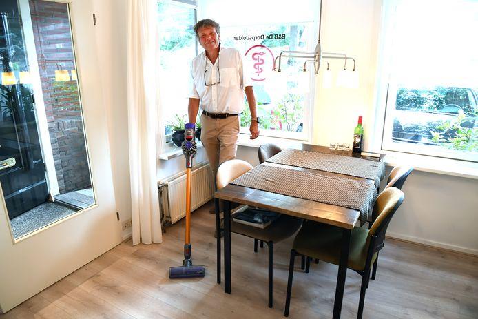 Dokter Herman ten Have stopte met zijn praktijk, maar begint op dezelfde plek nu een bed & breakfast.