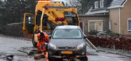 Auto knalt op verkeersremmer bij Koewacht, weg poosje dicht