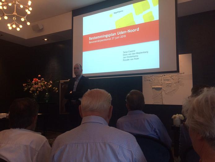 Jan Oosterkamp verwelkomt de circa 60 bewoners op de infobijeenkomst over het bestemmingsplan Uden-Noord.